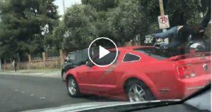 Motociclista distratto: auto frena e lui...