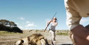 In posa col leone ma qualcosa va storto: lo spot contro la caccia