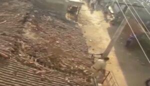 Leopardo attacca un intero villaggio in India: uomo fugge lanciandosi nel vuoto
