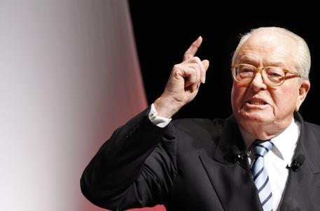 """Jean-Marie Le Pen sull'agente ucciso sugli Champs Elysées: """"Si è omaggiato il gay"""""""