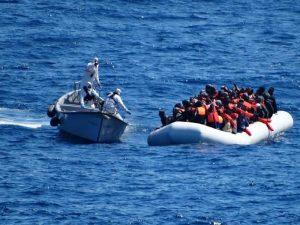Migranti, gommone naufraga a largo di Tripoli: 100 dispersi, forse morti