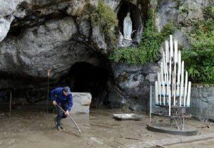 Lourdes, l'acqua si vende a 11,71 a bottiglietta su Amazon. Sarebbe gratis