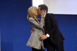 Chi è Brigitte Trogneux? La donna che guida Macron è 24 anni più grande...come re Enrico II