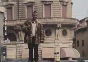 Mantova: alcolista impazzito tiene in scacco la piazza per due ore VIDEO