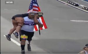 Veterano Afghanistan senza gamba finisce maratona con donna sulle spalle