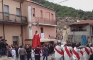 YOUTUBE Pasqua, statua della Madonna si spezza durante processione a Pizzoni