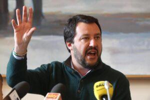 """Matteo Salvini: """"Marina Militare e Guardia Costiera sono vicescafisti"""""""