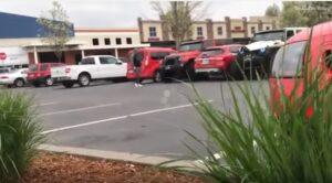 Parcheggia male, due Jeep gli impediscono di entrare nell'auto: ecco cosa fa