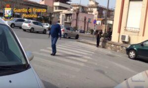 YOUTUBE Falsi ciechi scoperti a Messina: uno attraversava la strada da solo