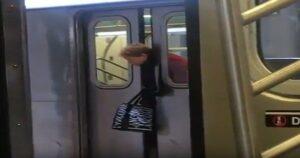 YOUTUBE Testa incastrata tra le porte della metro a New York: passeggeri indifferenti