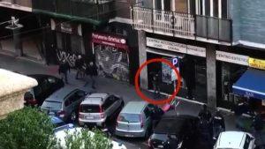 YOUTUBE Armato di 2 coltelli contro i poliziotti: gli sparano alle gambe