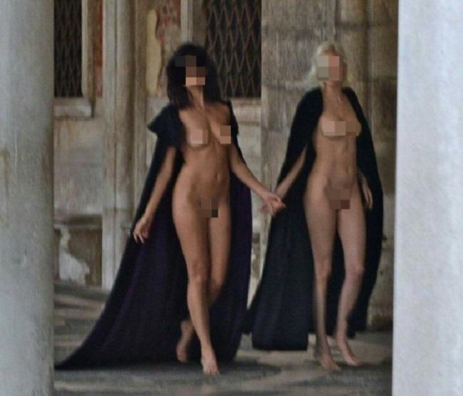 Venezia, due modelle nude a piazza San Marco FOTO