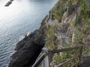 Monterosso (La Spezia), turista di 20 anni precipita sulla scogliera e muore