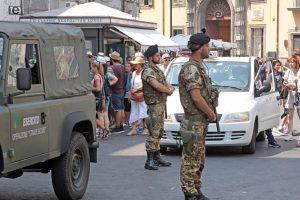 Napoli, due ragazze gay si baciano, un militare le allontana