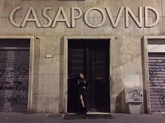 Nina Moric davanti al portone di Casapound. La foto è virale