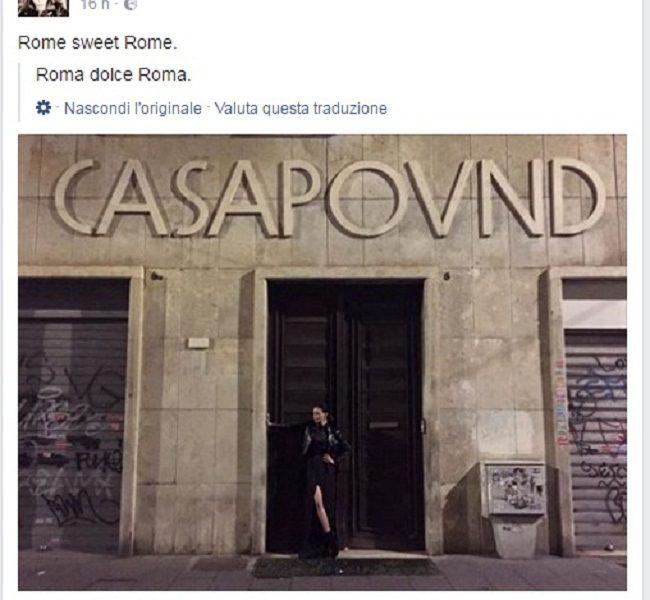 Nina Moric davanti al portone di Casapound. La foto è virale02