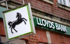 Lloyds chiude 400 filiali: arriva il sistema automatico online