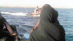 """Migranti, il video che mostra il """"servizio taxi"""" delle Ong nel Mediterraneo"""