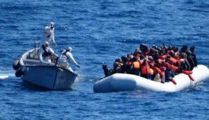 """Migranti, le 13 ong con """"contatti con gli scafisti"""". E i finanziatori sospetti"""