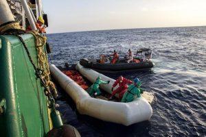 Migranti-Ong, se il magistrato fa il passante al bar...Ma navi-taxi ci sono davvero