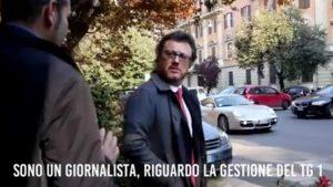 """M5S, 2 grillini camuffati da """"Iene"""" inseguono il direttore del Tg1. Proteste del Pd"""