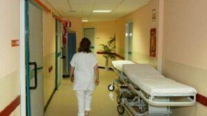 Pavia, in ospedale la spostano dalla carrozzina a letto: anziana cade e muore