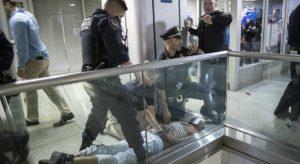 YOUTUBE New York, panico a Penn Station: polizia spara col taser, folla fugge