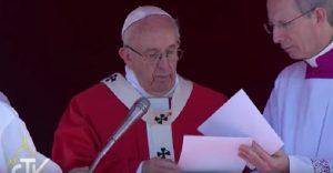 YOUTUBE Papa Francesco avvisato durante Angelus degli attentati in Egitto