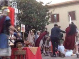 Aprilia, tunisino ubriaco aggredisce attore che interpreta Gesù in Passione di Cristo
