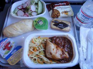 Viaggi in aereo, incubo pasti: anche in business preparati 5 giorni prima