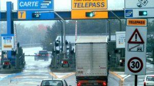 Autostrada: se non paghi il pedaggio al casello multe fino a 85 euro