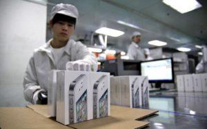 Apple: turni di 12 ore per 400 euro al mese. Così si lavora per produrre iPhone