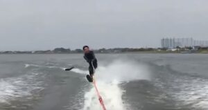 Sciatore nautico abbattuto da un nemico inaspettato: pesce lo colpisce proprio lì