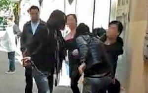Padova, moglie chiama le amiche e picchia l'amante del marito in strada VIDEO