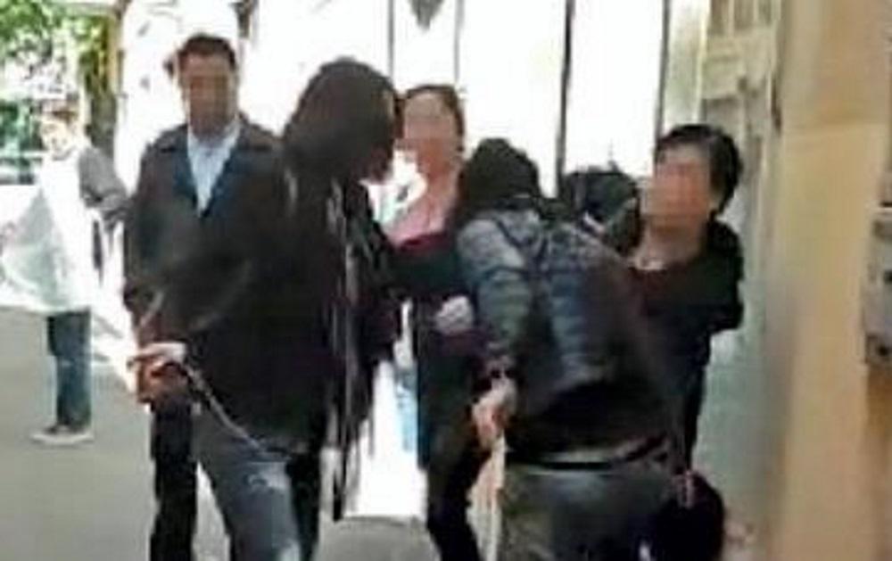 Calci in faccia: la moglie tradita pesta l'amante del marito in strada