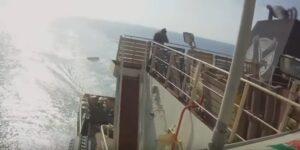 YOUTUBE Somalia |  attacco dei pirati sventato |  guardie a bordo del cargo sparano