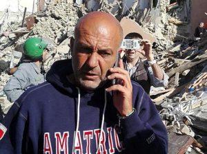 """Amatrice, sindaco Pirozzi: """"Non venite a fare selfie sulle macerie sennò mi inc...."""""""