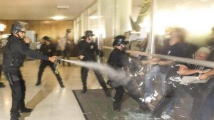 Brasile, poliziotti in piazza contro riforma pensioni: scontri e irruzione al Congresso