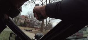 Michigan, poliziotto punta pistola contro 5 bambini neri disarmati e li fa sdraiare a terra