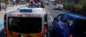 Londra, furgone vuole saltare la fila: la polizia....
