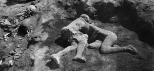 """Pompei: il calco delle """"rapite alla morte"""" rivela invece due uomini abbracciati"""
