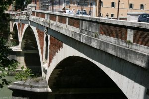 Roma: si fa un selfie a ponte Sublicio e cade nel Tevere
