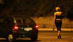 """Lucrezia, la prostituta che emigra in Svizzera: """"E' pericoloso lavorare in Italia, mi hanno aggredita"""""""