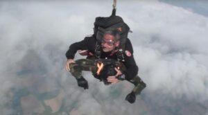 "YOUTUBE Giuseppe De Grada, ex parà festeggia 96 anni lanciandosi col paracadute: ""A 100 lo rifaccio"""