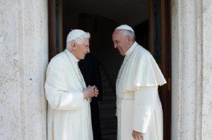 Benedetto XVI e Papa Francesco (foto Ansa)