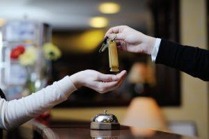 """Savona, lascia la sorella in hotel come pegno. """"Vado al bancomat"""". E scappa"""