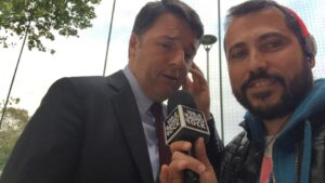 """Matteo Renzi canta """"Ricominciamo"""" per Radio Rock. """"E' una canzone per il Pd"""""""