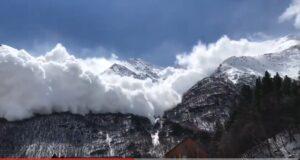 YOUTUBE Valanga si stacca dalla montagna, gente fugge dal resort