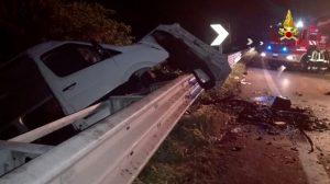 Incidente sulla Romea, schianto frontale tra auto e pullmino: un morto, 10 feriti FOTO