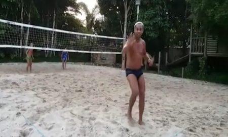 Ronaldinho show: saluta mentre gioca a footvolley